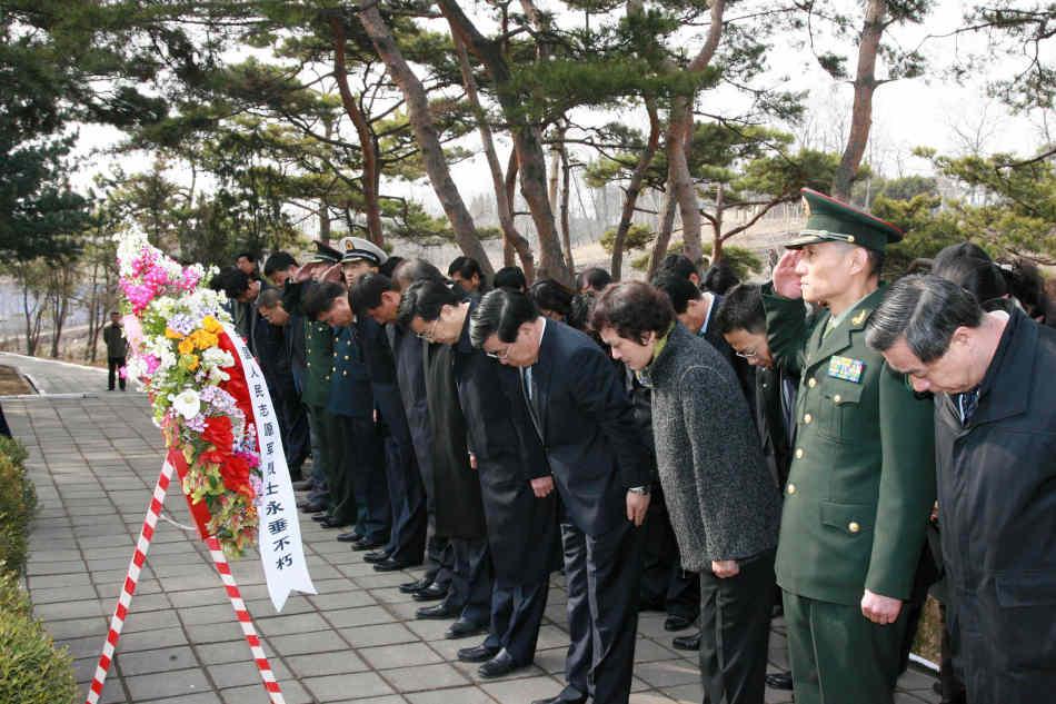 祭扫在朝志愿军烈士墓