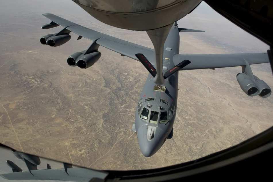 重型 空中加油/美国空军B/52H重型战略轰炸机进行空中加油...