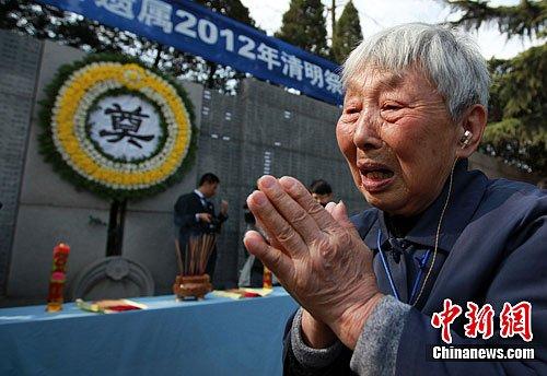 南京大屠杀幸存者清明祭奠亡灵(组图)