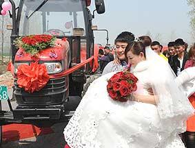 农民开拖拉机迎娶新娘