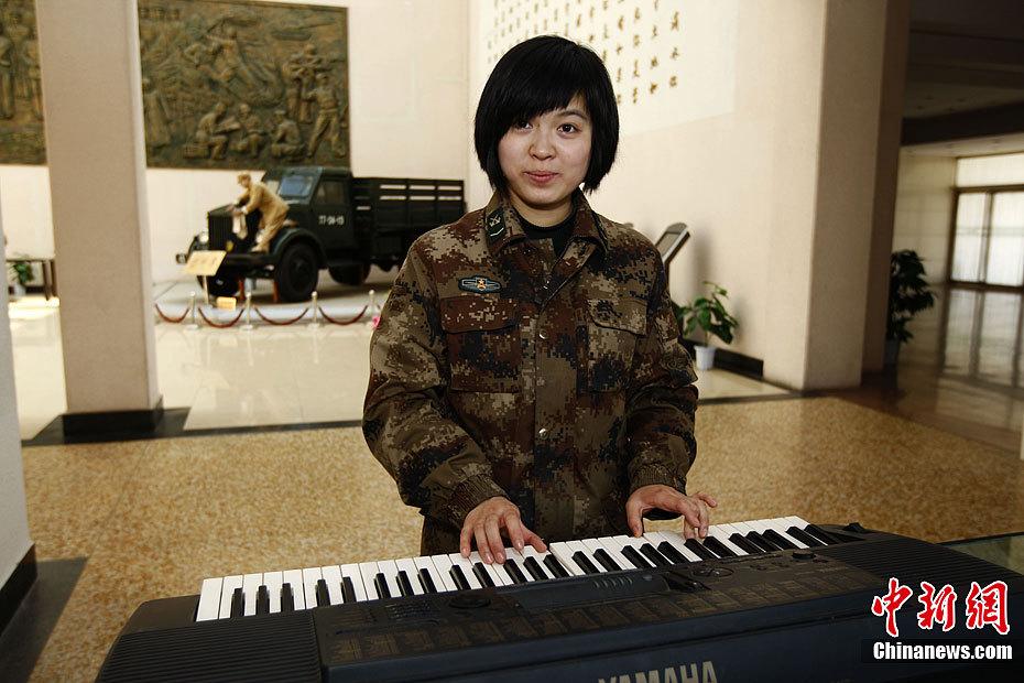 艾佳昕在工作之余弹电子琴
