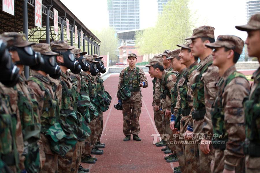 为迎接即将到来的2012届合训毕业学员军事科目联合考核,信息工程大学理学院初级指挥本科学员展开军事体能技能综合训练。