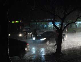 南方多省暴雨白昼如夜
