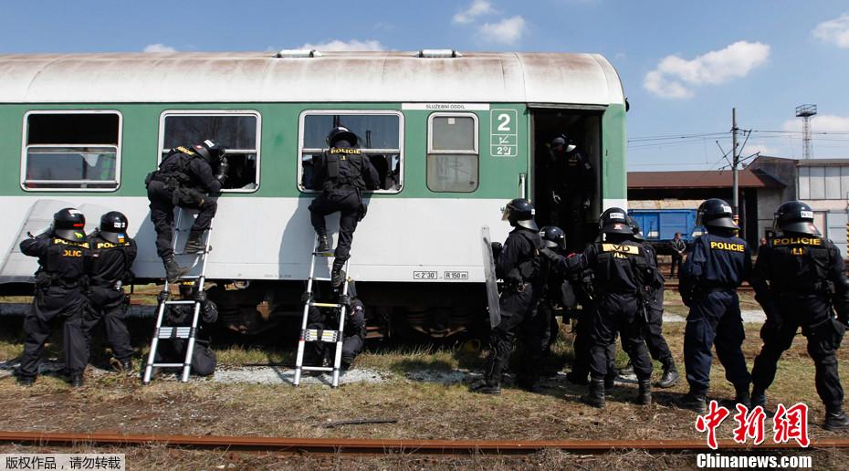 大型体育运动的安保措施是令各国警察头疼的问题。作为2012年欧洲杯主办方的捷克也不敢懈怠,捷克的特警们正在抓紧时间训练,做好充分的准备迎接欧洲杯的到来。