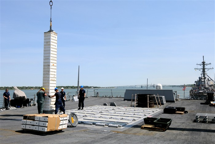 """环球网国际军情中心2012年4月21日消息:""""丘吉尔""""号是美国海军第5艘以英国人命名的军舰,也是现役的惟一一艘以外国要人命名的军舰。 """"丘吉尔""""号是阿利·伯克级驱逐舰中的第31艘,也是巴斯钢铁公司为美国海军建造的第18艘该级驱逐舰。该舰长约170米,高42米,舷宽约21米,吃水10米,满载排水量8 580吨,犹如一艘轻型巡洋舰,舰上的4台燃汽轮机可使其航速超过30节,配有24名军官和326名士兵。"""