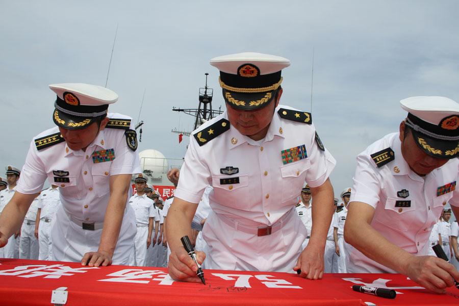 """4月23日是人民海军成立纪念日。4月22日上午8时30分,""""郑和""""舰官兵代表在后甲板举行宣誓仪式,庆祝人民海军成立63周年。 新华军事记者朱思楠 摄"""