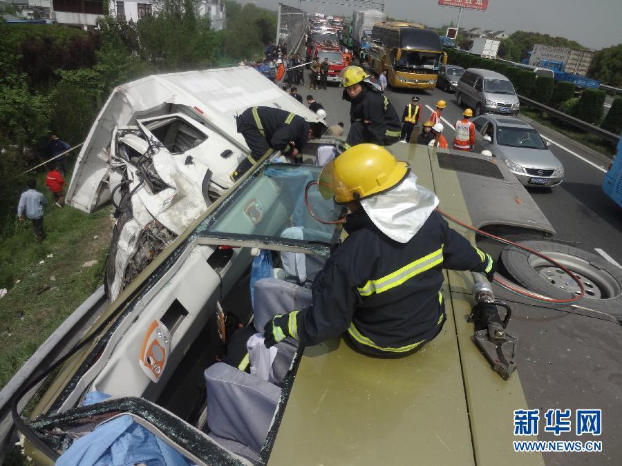 沿江高速江苏常熟段发生车祸 已造成13人死亡