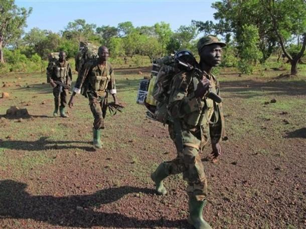 环球网国际军情中心2012年4月23日消息:2012年4月19日,乌干达特种部队士兵在与中非共和国接壤的边境森林地区追杀圣灵抵抗军武装及其头目。为了完成此次任务该分队横跨了中非共和国、南苏丹、刚果三个国家,范围很大。