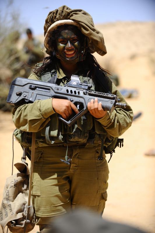 """环球网国际军情中心2012年4月23日消息:2012年4月10日,以军狞猫女兵部队以色列南部进行实战演习,以检验士兵实战能力及在该地区作战需要的技能运用。""""狞猫""""营成立于2001年,2004年正式确认编制,是以色列军队仅有的一支男女混编的步兵营,其中女兵占总人数的70%。"""