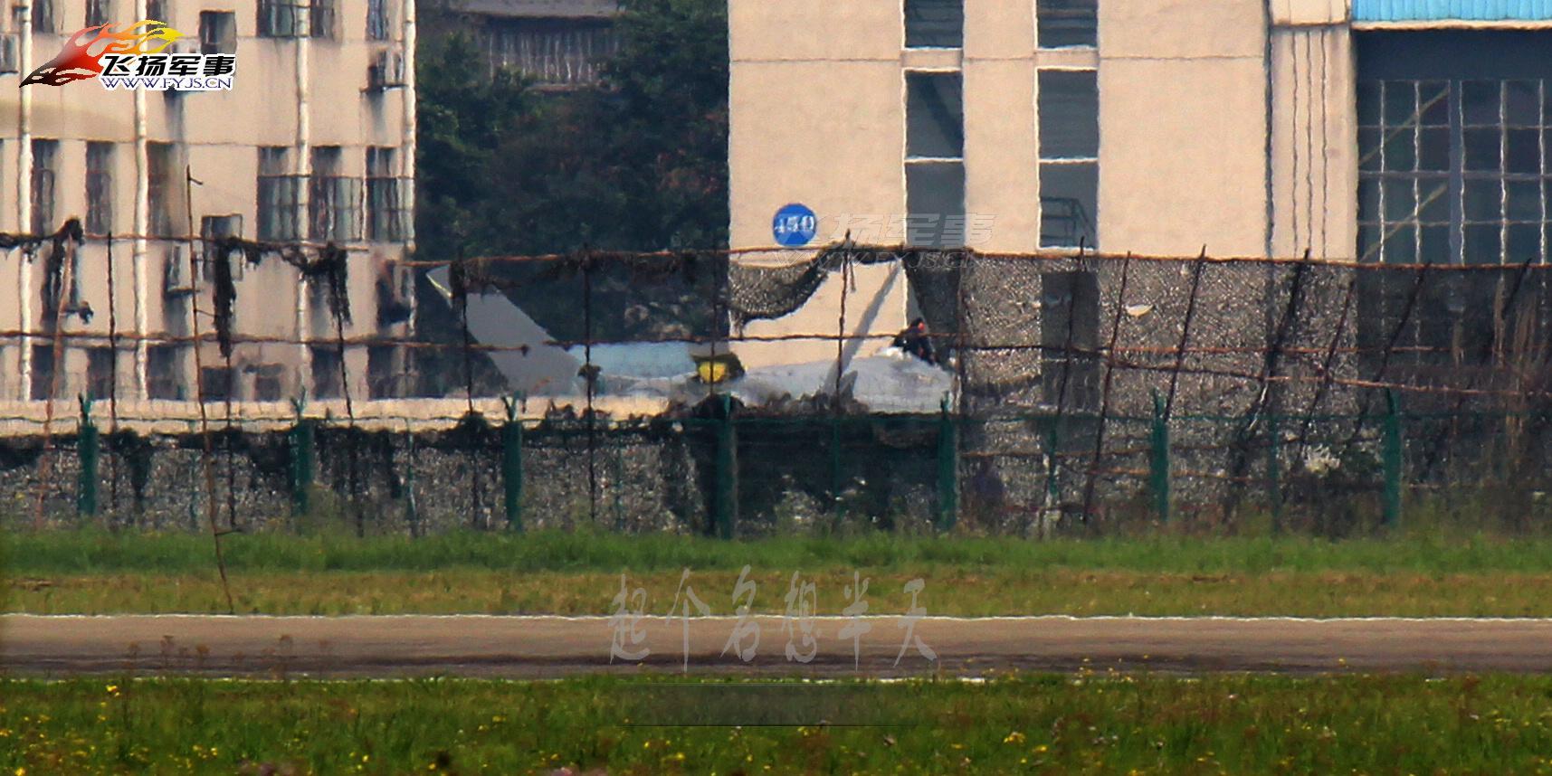 环球网国际军情中心2012年4月23日消息:在成都飞机工业集团的试验基地,沉寂了一段时间的2001号歼20四代战斗机再次出现在人们的视野。一组来自网络的图片拍摄到了2001号歼20战斗机在停机坪上的场景。从照片上看,2001号歼20战斗机的座舱盖已被拆除,具体原因不明。