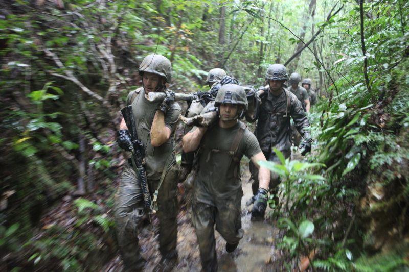 环球网国际军情中心2012年4月23日消息:美国海军陆战队员在丛林作战训练中心完成为期两周的培训后接受了一项考核——利用垂降,绳渡,简易担架和其他技能在冲绳的热带雨林中进行四英里的急行军。