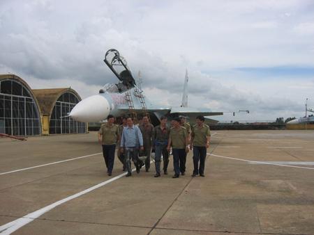 """环球网国际军情中心2012年4月23日消息:越南于1995年5月接收了首批两架苏-27,其余飞机则在1996年底前全部交付。这批苏-27全部装备越空军第370航空师下辖的第937""""后江""""战斗机团,驻地为藩朗机场。"""