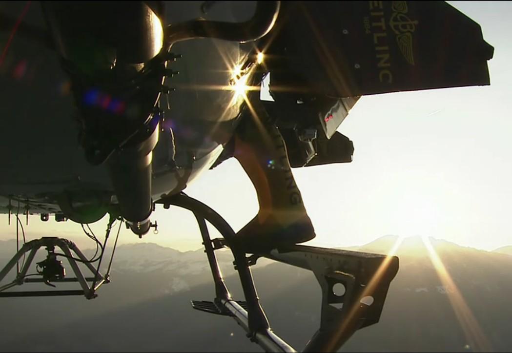 环球网国际军情中心2012年4月23日消息:人们对于个人飞行器的追求一直没有止境。随着现代社会陆地交通越来越拥挤,个人飞行器普及的时代也是指日可待的。下面这组图片展示了国外一位飞行爱好者身披人体飞行装备在天空中自由翱翔的场景。可以看到,这名飞行爱好者在空中能够随意加速减速和翻滚,这套个人飞行器的性能很不错。