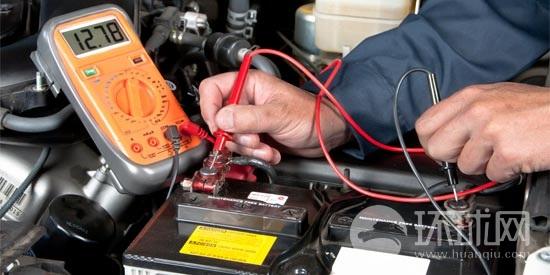 保持爱车高效通畅运转的关键在于电池,否则哪怕是电极上的一丁点白色腐蚀物也可能导致汽车无法正常启动。通过下面的步骤简单观察电池工作状况,便可得知是否需要维修。   1. 用扳手从接线柱上松开并拆卸蓄电池夹,务必确保每次首先断开蓄电池负(-)j接线柱。如果卡住,就用一字螺丝刀撬开。   2.