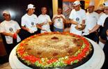 约旦厨师制作巨型沙拉三明治
