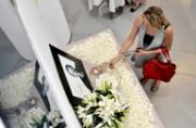 百余名悼念者于第零空间25年展追悼乔布斯