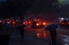 广州遭雷雨洗城白昼如夜
