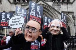 默多克父子遭化妆抗议