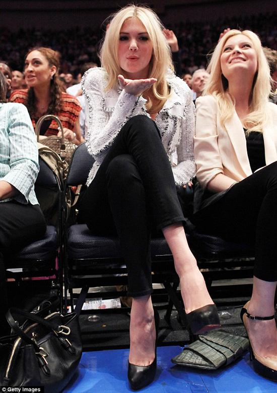 凯特/凯特阿普顿穿高跟鞋玩橄榄球秀优美身姿