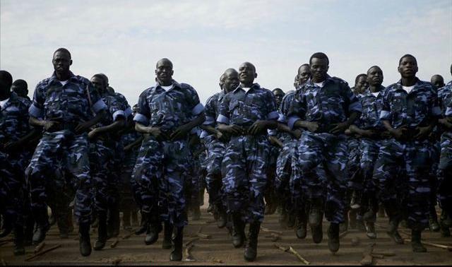 南苏丹人民解放军士兵在训练-打不死的小强 南苏丹人民解放军写照