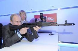 普京端步枪展硬汉风范
