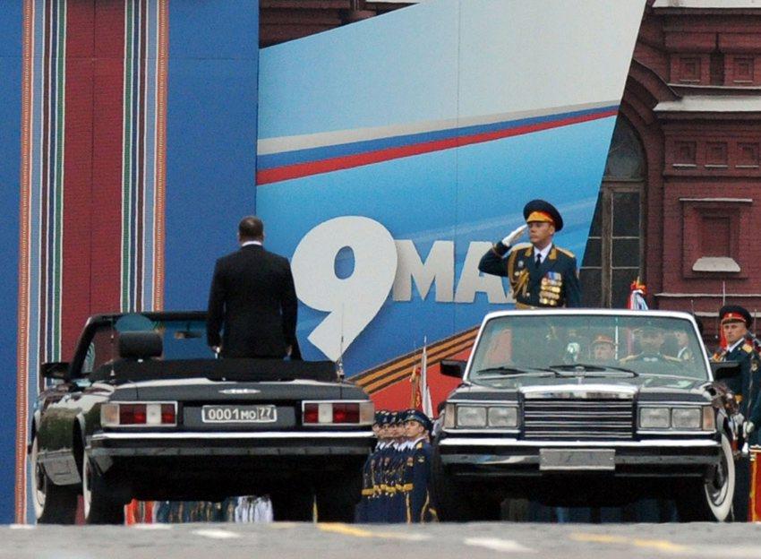 高清 俄举行红场胜利日阅兵 莫斯科军区司令向国防部长报告