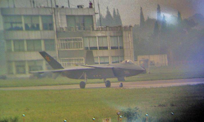 滑跑測試的2002號殲-20飛機