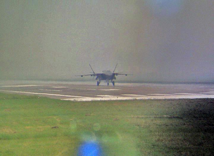 J20二號機進行滑跑試驗