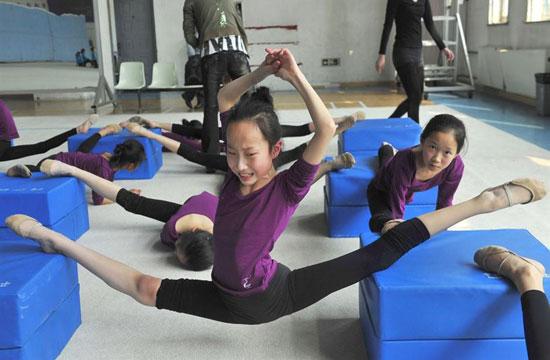 中国 选手/中国女子体操选手的恐怖训练课(1/4)