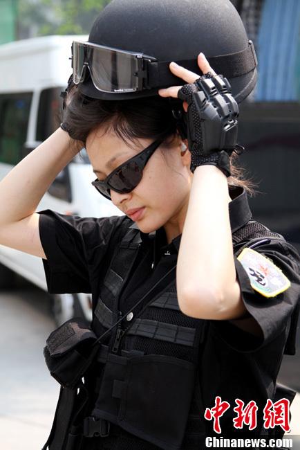 成都特警支队的美女警花武装巡逻_军事_环球