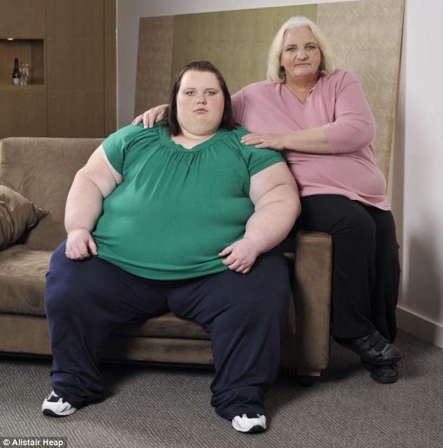 英800斤巨肥女出门就医出动30人