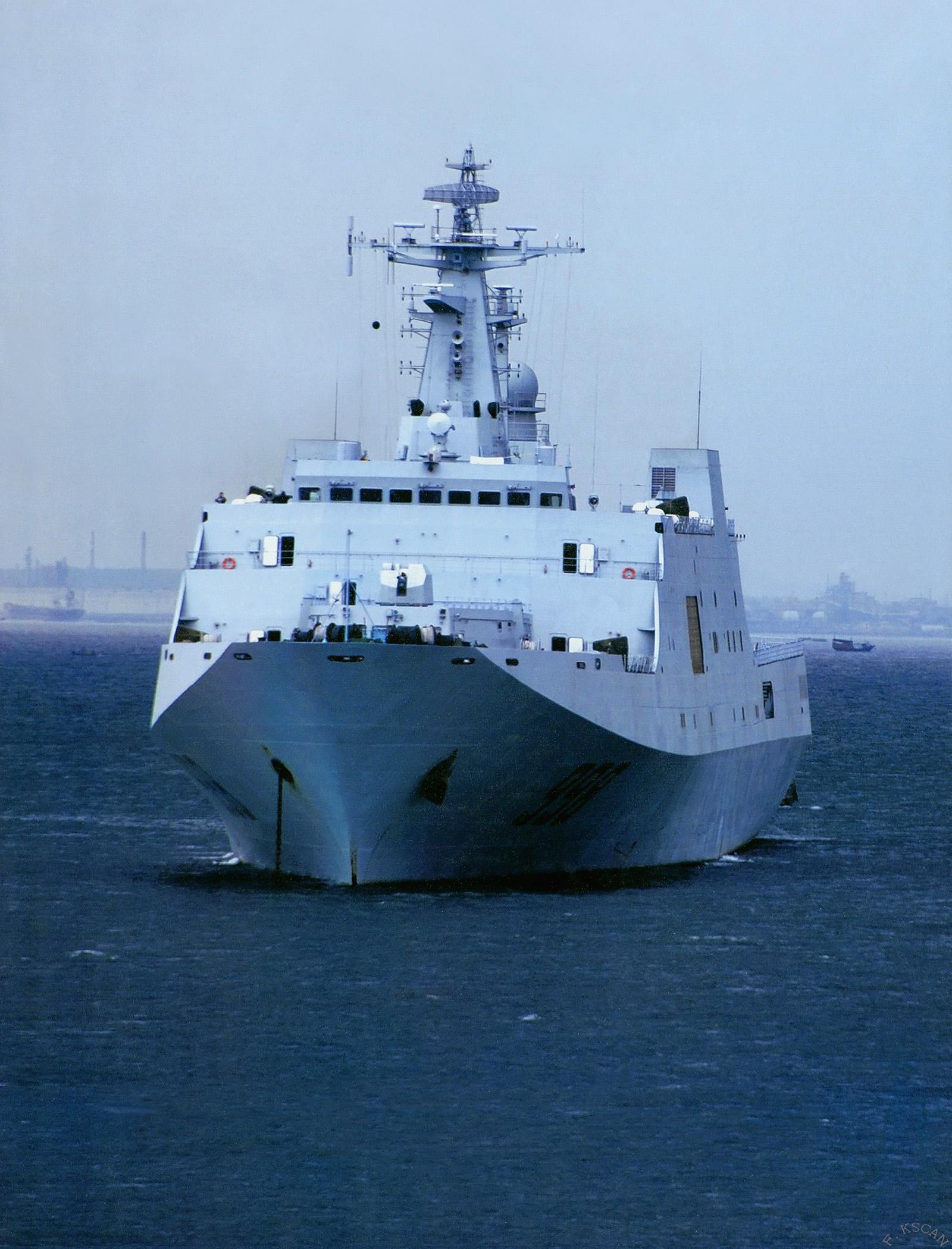071型船坞登陆舰_022导弹艇群迎面扑来 南海利剑锋芒展露_军事_环球网