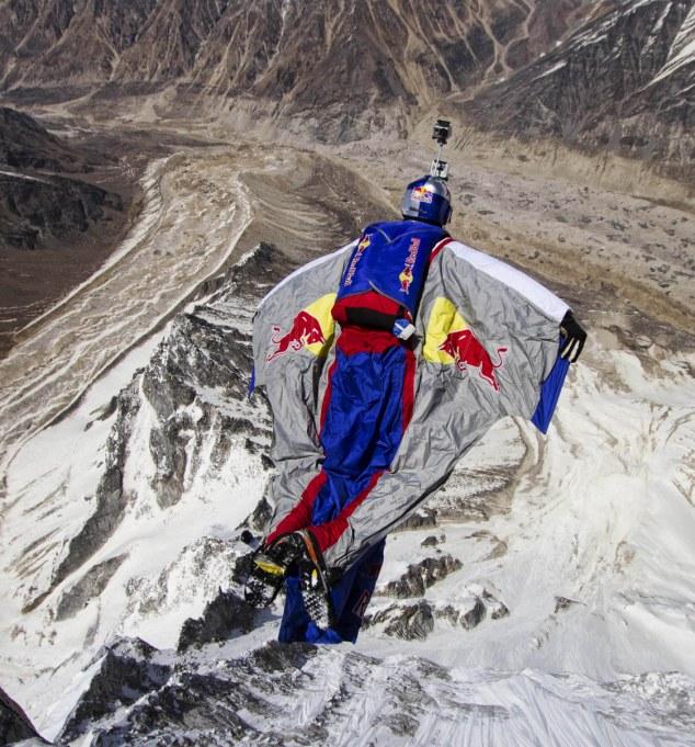 俄男子登喜马拉雅山自由跳创纪录