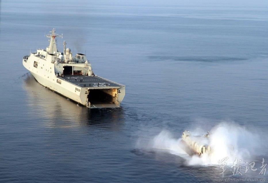 071型船坞登陆舰_南海抢滩登陆战的利剑 我军气垫船霸气训练照_军事_环球网