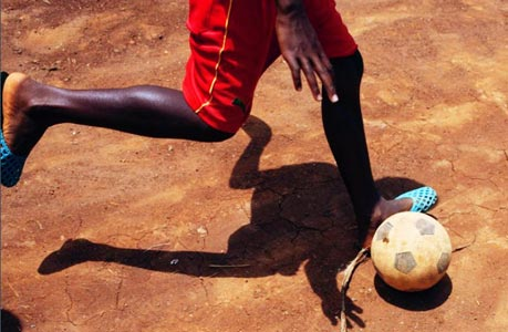 少年的痴迷:喀麦隆男孩的足球梦