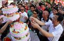 航天员父母切蛋糕庆祝