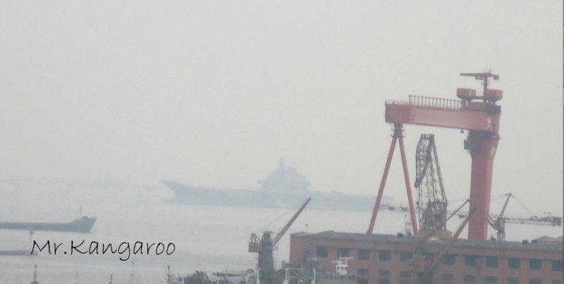 瓦良格号第八次海试结束 雾霭中挡焰板全部升起