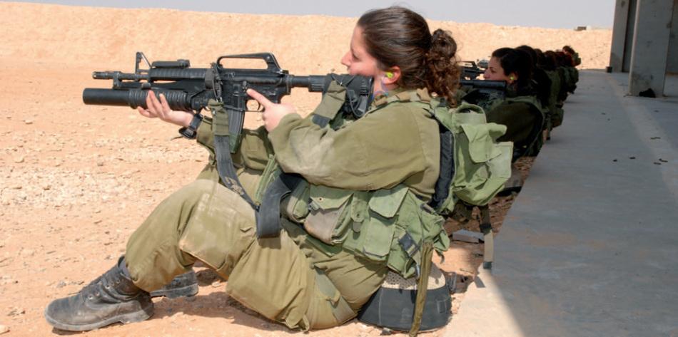 中国女兵高清图片_以色列女兵休闲逛街游海滩枪不离手_军事_环球网