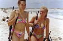 以女兵逛海滩手不离枪