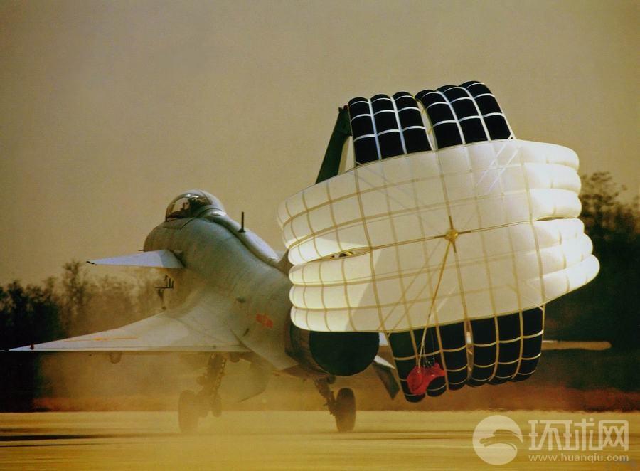 那些年绽放过的小伞花 战机施放减速伞靓照