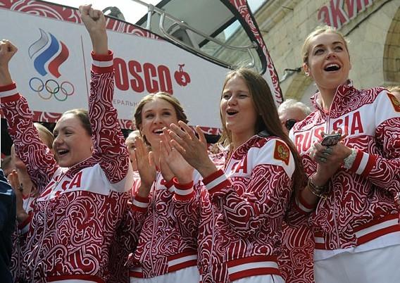 【环球网报道 记者 胥文琦】据俄罗斯《都市日报》6月28日消息,莫斯科奥林匹克制服中心28日向俄伦敦奥运会代表团赠送了新奥运队服。   据报道,新式队服与以往俄国家队的队服并无很大差别,依然以红白两色为主基调,但装饰花纹较以往更加饱满。 免责声明版权作品,未经环球网Huanqiu.