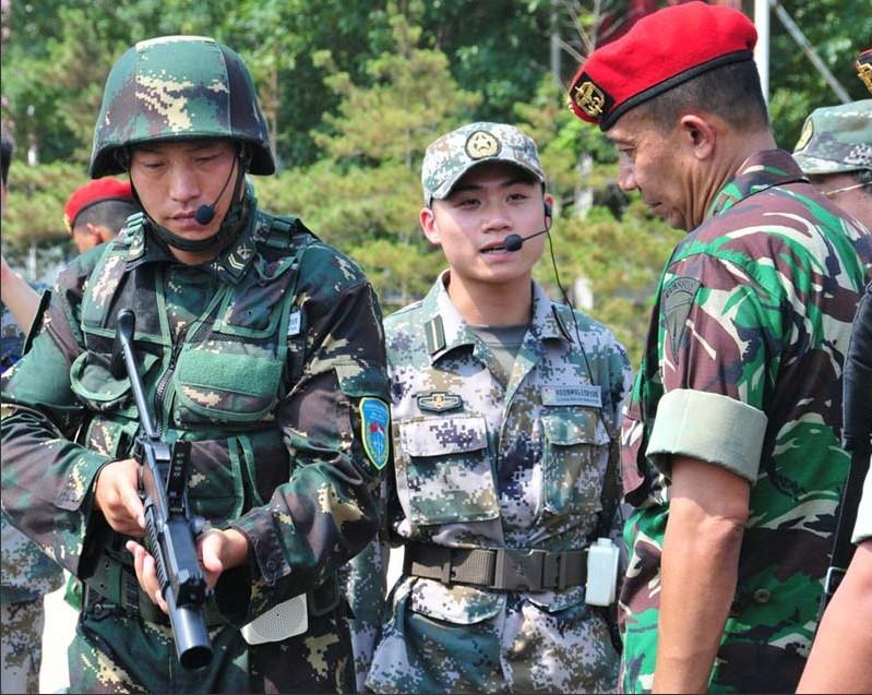 中方向印尼陆军特种部队司令威斯努少将(右一)讲解国产装备性能特