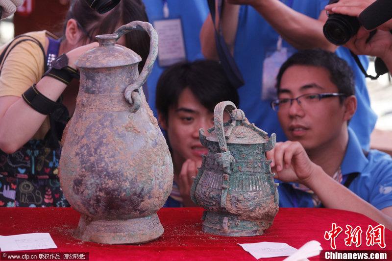 陕西古墓出土青铜卣