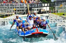 英皮划艇队水上传递奥运火炬屡被浇熄引尴尬