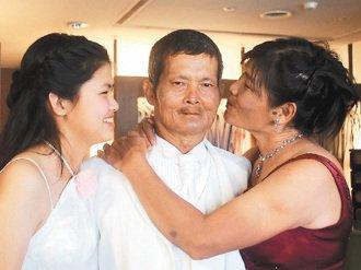 心爱老公,完成穿婚纱幸福梦;女儿(左)变身小公主,满心欢喜全