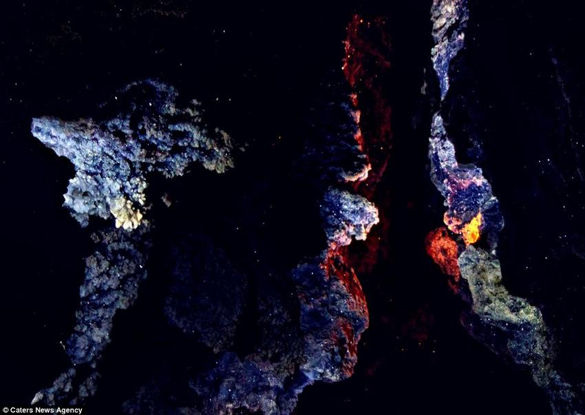 乌克兰罕见晶体洞穴似闪烁繁星
