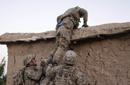 美军悄悄爬上民宅围墙