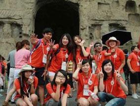 代表团访问洛阳龙门石窟