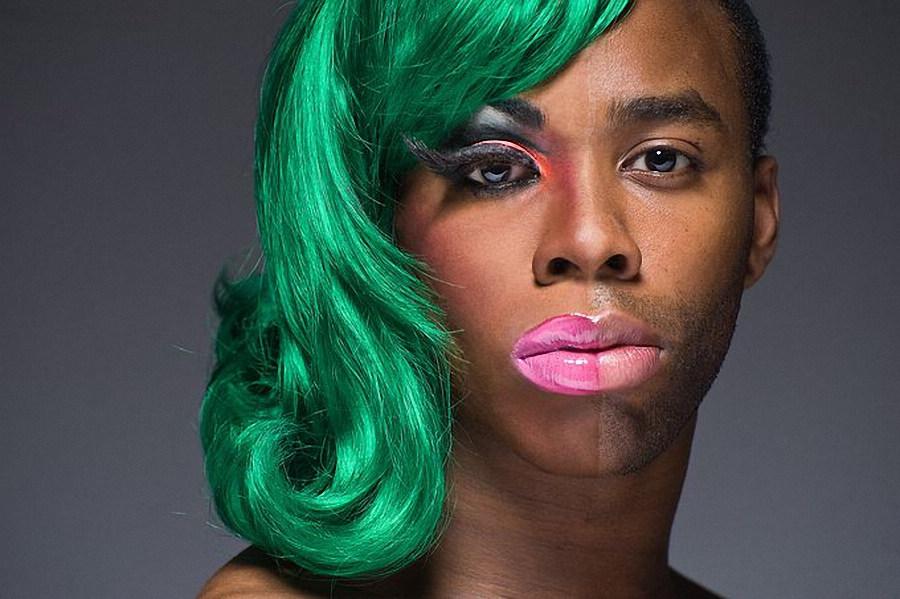 似乎想要透过男人化妆以及发型来告诉