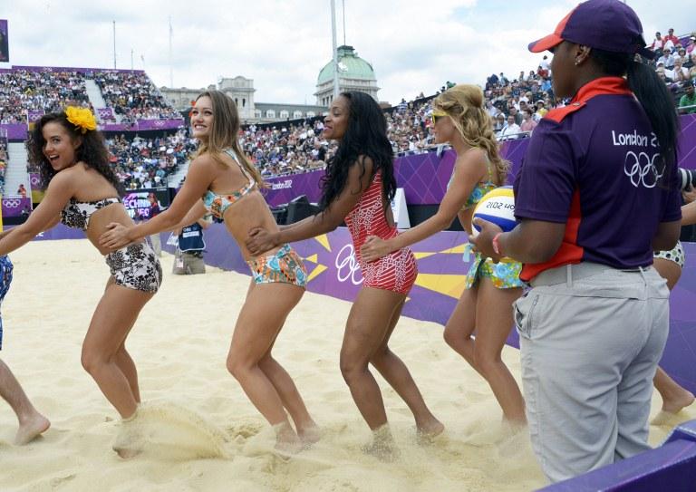 比基尼美女亮相沙排 体育
